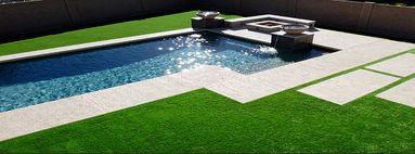 Оформление зоны отдыха у бассейна с помощью ландшафтной искусственной травой Prettie Grass